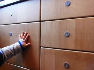 Die etwas andere Kindersicherung von Schubladen und Schränken