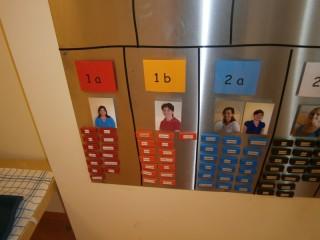 Farbige Memomagnete zeigen Standorte von Kindern im Hort an