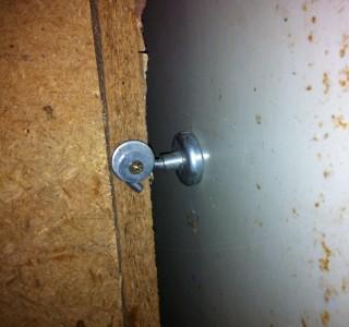 Hakenmagnet als Türhalter im Keller