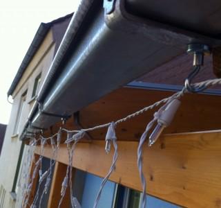 Lichterkette an einer Dachrinne magnetisch befestigt
