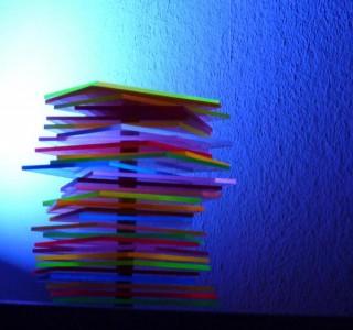 Design-Objekt - Turm aus reflektierendem Plexiglas mit Farbenspiel
