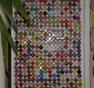 Kreative Präsentation von hunderten von Kronkorken