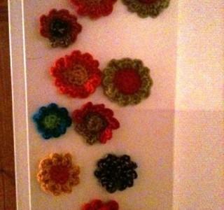 selbstgehäkelte Blumen-Kühlschrankmagnete aus Wolle!