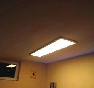 LED-Panel mit Magnet-Flachgreifern sicher an der Decke befestigt