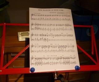 Musiknoten mit Kegelmagneten sicher am Notenständer befestigt