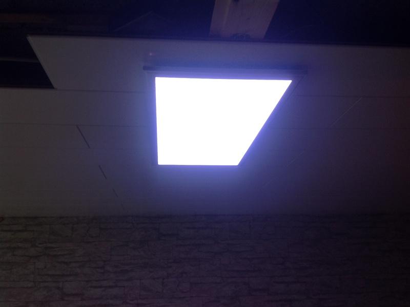 Unsichtbare Deckenbefestigung einer Leuchtpanele