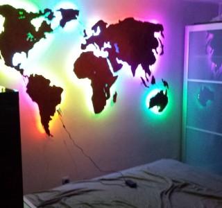 Weltkarte Wanddeko aus Metall mit LED-Beleuchtung