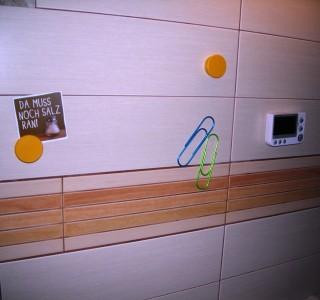 Magnetischer Fliesenspiegel in der Küche. Der OHO-Effekt