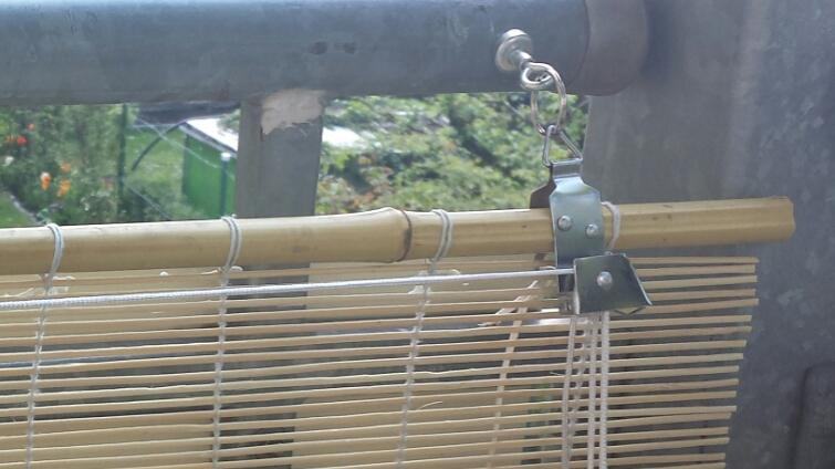 Magnetische Befestigung einer Jalousie an Balkon