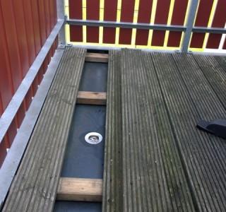 Fixierung einer Teichfolie mit Supermagneten am Balkon