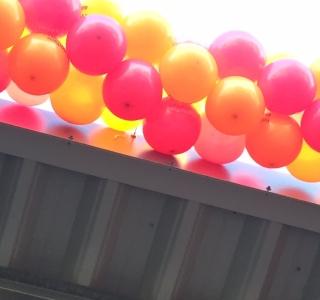 Neodym-Ösenmagnete halten Luftballon-Girlanden am Baumarkt