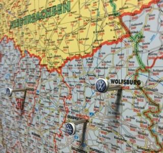 Visuelle Markierung von Orten auf einer Landkarte mit Stabmagneten