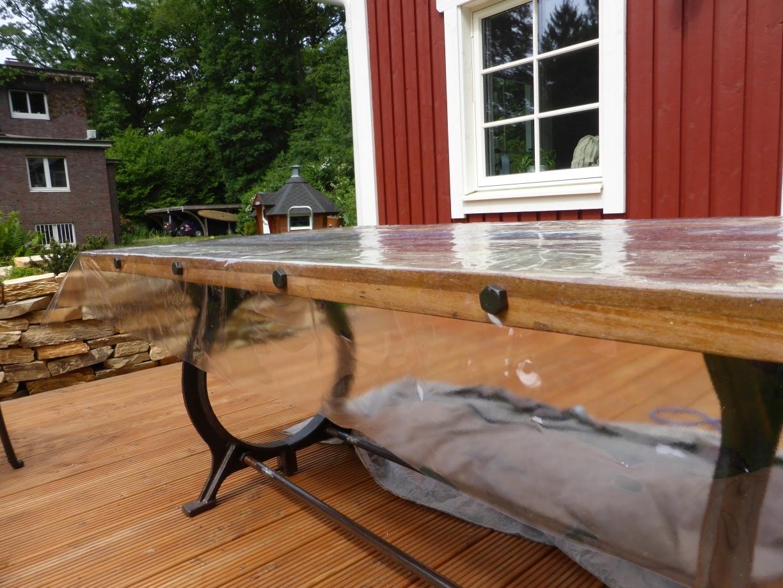 Tischdecke an Tisch magnetisch befestigt