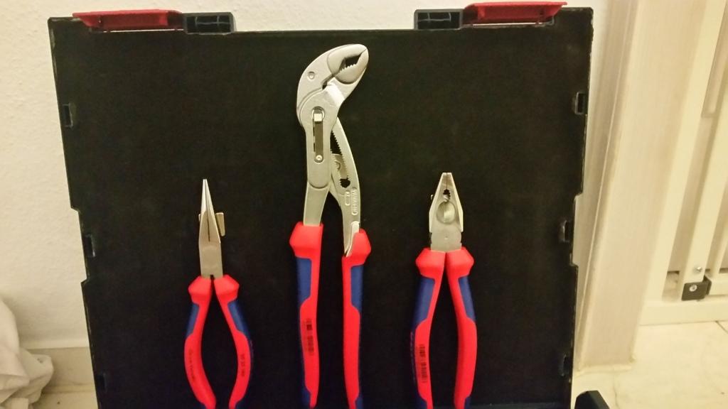 Sichere Aufbewahrung von Zangen im Werkzeugkoffer