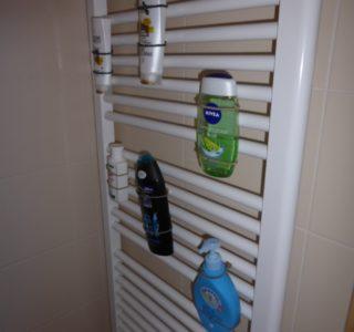 Flaschen-Chaos in der Dusche magnetisch beseitigt