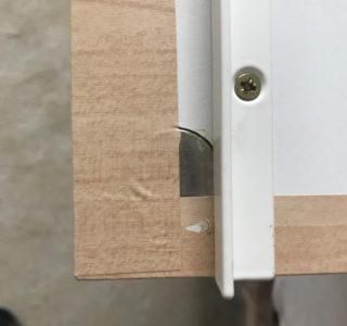 Detailansicht der Rückseite einer Tafel mit Winkelprofil und Scheibenmagnet