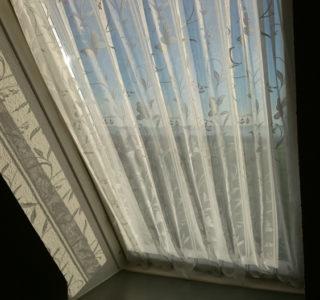 Vorhang am Dachflächenfenster mit Magneten befestigen