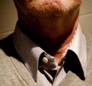 Hemdkragen mit Magneten an der richtigen Position