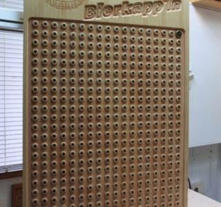 Aufwändige Präsentationstafel für Kronkorken