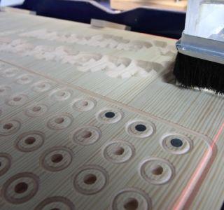 Bearbeitung der Tafel mit einer CNC-Fräse und Magneten