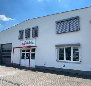 Unser Firmengebäude mit Parkplätzen für unsere Kunden