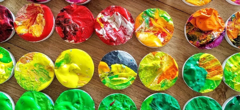 Farbenfrohe Kunst-Magnete