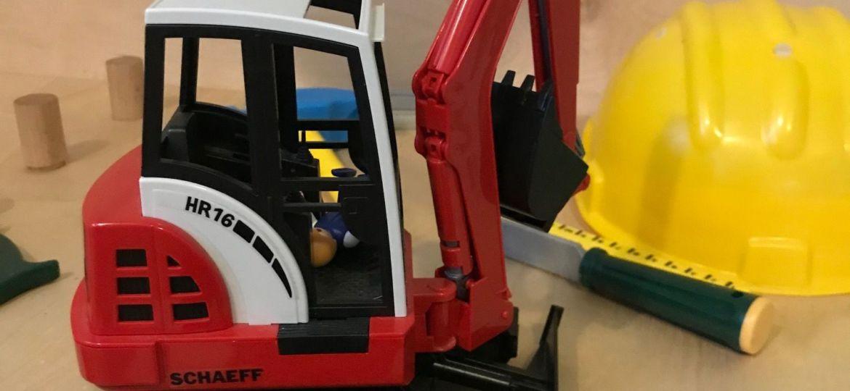 Reparierter Spielzeugbagger