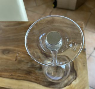 Angeklebter Magnet an Glasboden