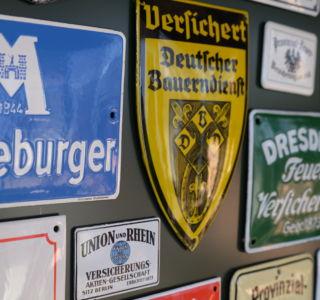 Detailansicht Emaille Schilder im Schaukasten