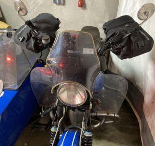 Motorradstulpen an Lenkrad