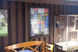 Emaille Schilder im Schaukasten