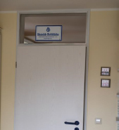 Schild an Oberlicht in Zimmertür