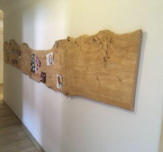 Fotowand aus antikem Holzbrett