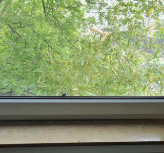Metallplättchen an Fensterrahmen